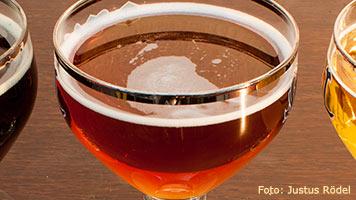 Ein Glas bernsteinfarbenes belgisches Bier